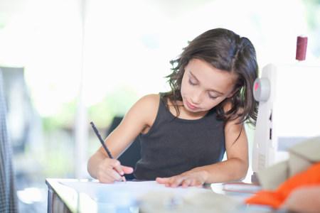desk clerk: Girl playing fashion designer LANG_EVOIMAGES