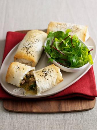 Plato de panecillos horneados con ensalada LANG_EVOIMAGES