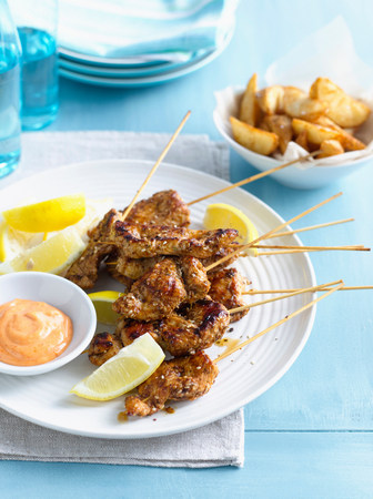 sultry: Plate of chicken skewers with sauce LANG_EVOIMAGES