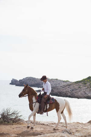 man riding horse LANG_EVOIMAGES