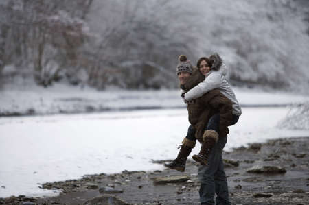 Paare, die in den Schnee gehen. LANG_EVOIMAGES