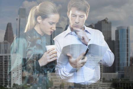 cerrando negocio: Mujer, hombre, ventana, ciudad, reflexión