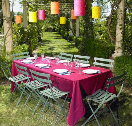 socializando: Mesa puesta en el jardín LANG_EVOIMAGES