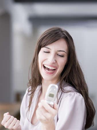 reconocimientos: Mujer sonriendo en el teléfono