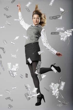 remuneraciÓn: Mujer saltando con billetes de banco