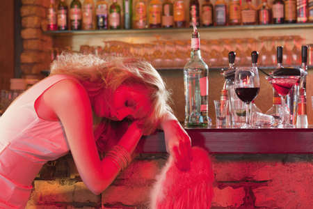 intoxicate: girl sleeping at bar LANG_EVOIMAGES
