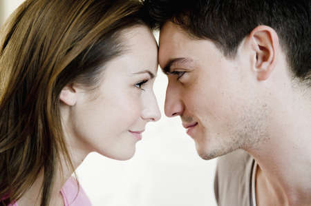 curare teneramente: Giovane coppia sdraiata sul letto
