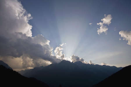Shaft of Sunlight over mountains LANG_EVOIMAGES