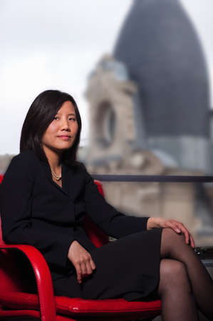 accomplishes: Chinese businesswoman seated, Paris LANG_EVOIMAGES
