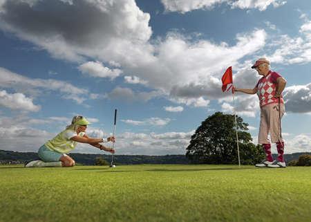 agachado: Mature ladies playing golf