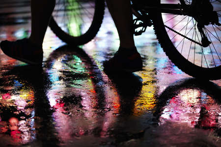 Calle de la ciudad húmeda iluminada por luces de neón LANG_EVOIMAGES