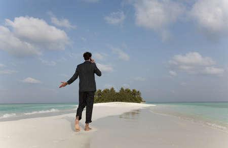 reconocimientos: Hombre de negocios en el teléfono celular en la playa