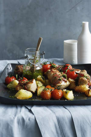 carnes y verduras: Tray of pork with roasted vegetables LANG_EVOIMAGES