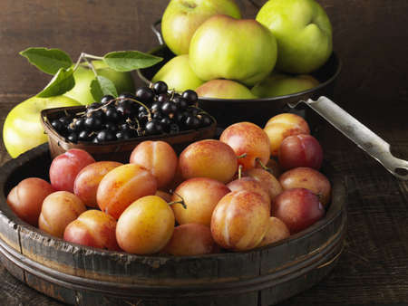 uncomplicated: Fruit in wooden serving bowls  LANG_EVOIMAGES