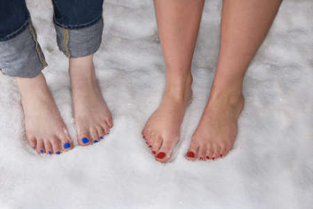 Womens bare feet in snow LANG_EVOIMAGES