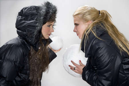 Girls compete with snowballs LANG_EVOIMAGES