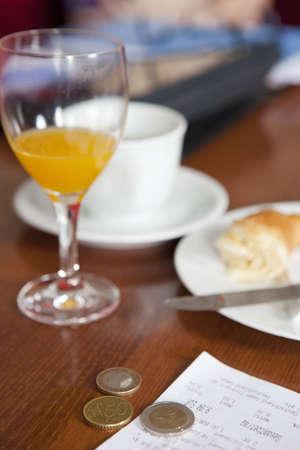 remuneraciÓn: Las monedas en euros se fueron como propina en el café
