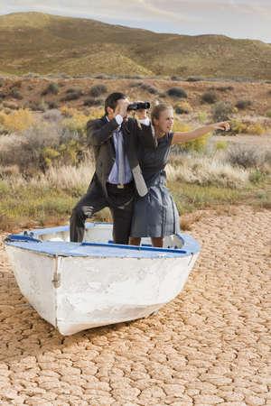 suelo arenoso: Pareja de negocios perdido en el desierto