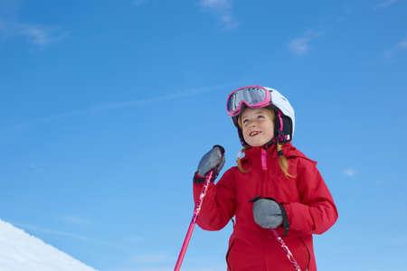 potěšen: Dívka lyžování, modrá obloha