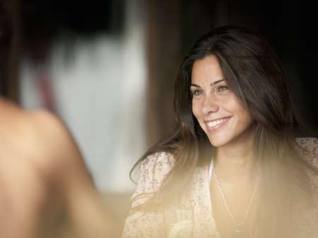 curare teneramente: Primo piano del volto sorridente della donna