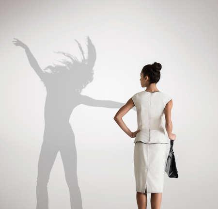 celos: Mujer con sombra en el fondo de baile