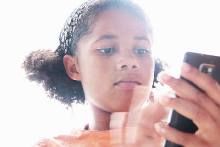 reconocimientos: Cierre de niña con teléfono celular LANG_EVOIMAGES