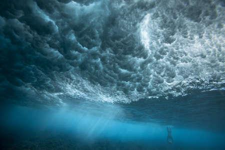 breaking: Underwater view of waves LANG_EVOIMAGES
