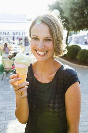 pelo castaño claro: Sonriente, mujer, teniendo, helado, cono