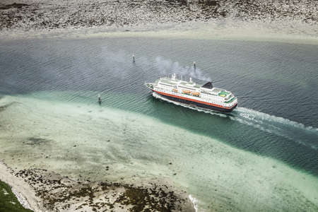 seascapes: Cruise ship in glacial waters LANG_EVOIMAGES