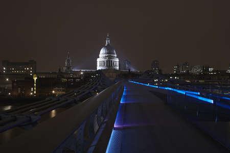 Puente urbano iluminado por la noche LANG_EVOIMAGES