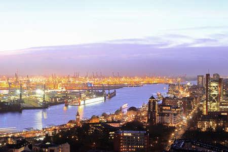 Vista aérea del paisaje urbano iluminada por la noche