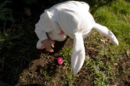niños vistiendose: Joven vestido como conejito de Pascua, vista de ángulo alto