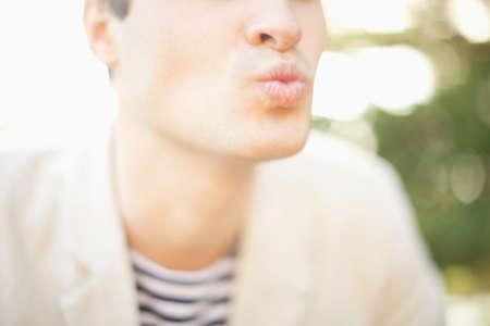 Joven soplando un beso