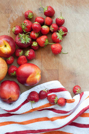 detoxing: Peaches and strawberries, overhead view