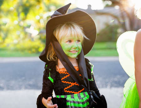 Child in witch costume LANG_EVOIMAGES