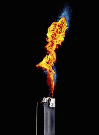 hot temper: Bodegón de encendedor con llama extrema