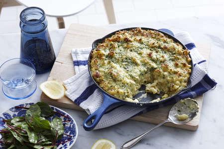 plato del buen comer: Comida con pan de macarrones con queso y ensalada