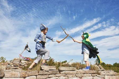 niños vistiendose: Dos, niños, fantasía, vestido, juego, pelea, palos, Eggergrund, Suecia LANG_EVOIMAGES