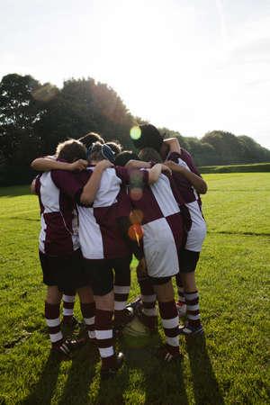 kick around: Teenage schoolboy rugby team in huddle