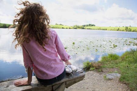 pantalones abajo: Adolescente sentado en el banco con patines de hielo