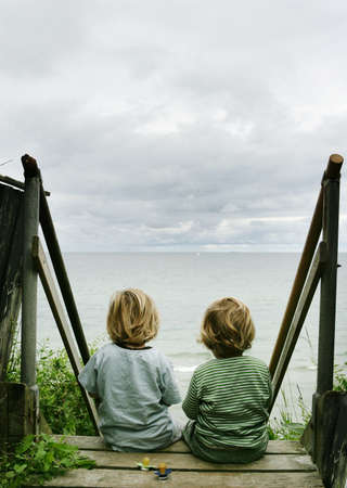 3 year old: Boys looking at ocean LANG_EVOIMAGES