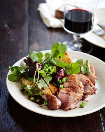 carnes y verduras: Ensalada de pato con jugo pinot y verduras LANG_EVOIMAGES