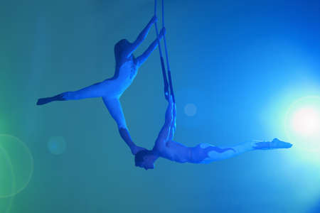 Couple on trapeze LANG_EVOIMAGES
