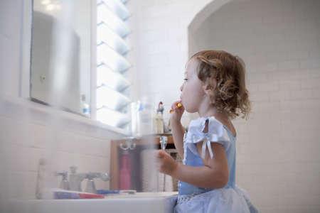 well behaved: Female toddler brushing teeth LANG_EVOIMAGES