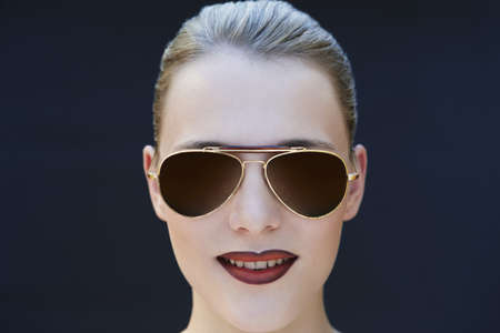 Young woman wearing sunglasses LANG_EVOIMAGES