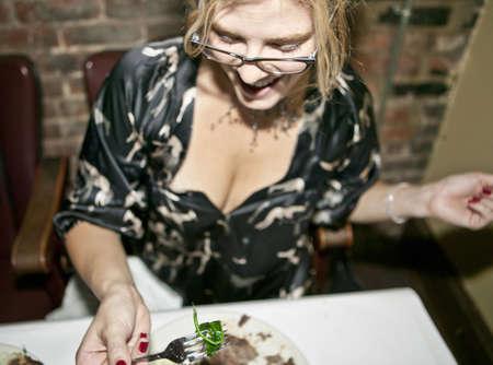 sit down: Mediados de mujer adulta disfrutando de la noche en el restaurante