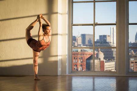 Frau übt Yoga im Zimmer