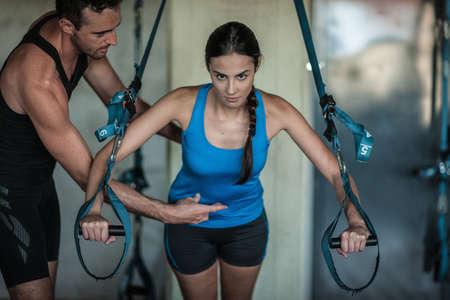 levantar peso: Entrenamiento con pesas joven