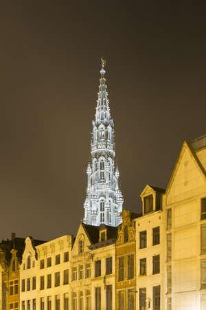 Ayuntamiento (Hotel de Ville) y Grand Place at night, Bruselas, Bélgica