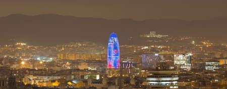 Vista panorámica del paisaje urbano y Torre Agbar en la noche, Barcelona, ??Cataluña, España LANG_EVOIMAGES
